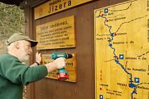 BEZ CEDULÍ TO NEJDE. Pro statisíce návštěvníků Krkonoš je turistická infrastruktura nezbytná. Před zimou je ale potřeba dřevěné prvky demontovat a uložit.