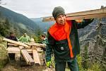 Materiál, potřebný k opravě dřevěného mostku u Trkače v Rudné rokli na jihozápadním svahu Sněžky, přepravili strážci Správy KRNAP společně s pracovníky stavební firmy pomocí čtyřkolky, motorového pásového kolečka a v několika posledních stovkách metrů tak