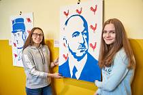 Michaela Buchtová (vlevo) a Nikola Ježková, spoluautorky portrétu Edvarda Beneše při studentské výstavě k výročí republiky v trutnovském gymnáziu.