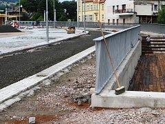 Roční rekonstrukce nábřeží Labská ve Vrchlabí, nově pojmenované po slavné spisovatelce Marii Kubátové, je ve finiši.