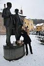 Pietní výroční k úmrtí Karla Čapka v Malých Svatoňovicích u sousoší bratří Čapků od akademického sochaře Josefa Malejovského.