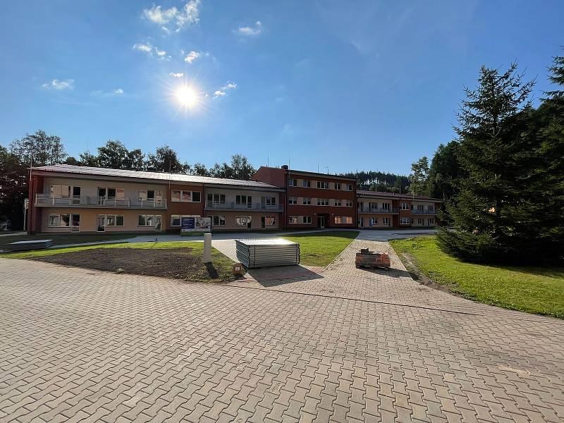 V areálu domova důchodců v Tmavém Dole na Trutnovsku vyrostla v rekordním čase nová moderní budova s 83 lůžky. Ve druhé polovině října se začne plnit klienty.