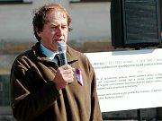 Demonstrace k dvacátému výročí smrti Pavla Wonky - na fotografii Jiří Wonka