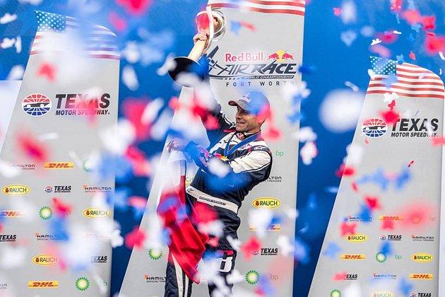 Rodák ze Dvora Králové nad Labem Martin Šonka slaví s trofejí pro světového šampiona v seriálu Red Bull Air Race.