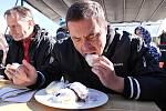 Král jedlíků zvládl borůvkové knedlíky i nejsmradlavější jídlo na světě