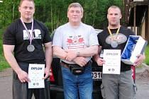 Úspěšní siloví trojbojaři z SK Powerlifting Trutnov Petr Mrkvica (vlevo) a Jaromír Kratochvíl v doprovodu svého trenéra Jiřího Ondráčka (uprostřed).