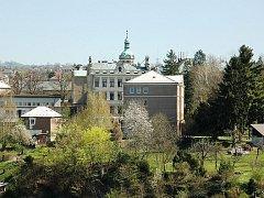 Městská zeleň kolem Základní školy Skálova (s věžičkou) v Turnově.