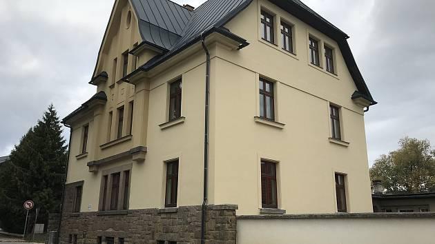 Nevyužitý dům přestavělo Vrchlabí na sociální byty.