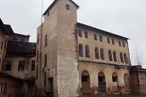LABSKÝ MLÝN, původní zámek ze 16. století, patří mezi nevyužívané budovy v Hostinném. Město řeší jejich budoucnost.