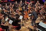 Trutnovský skladatel a dirigent Tomáš Korbel při koncertu Trutnovské filharmonie Trutnov sobě.