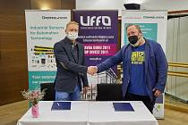 Ředitel trutnovského Uffa Libor Kasík (vpravo) a Roman Demuth, ředitel Pepperl+Fuchs Manufacturing, při podpisu smlouvy.