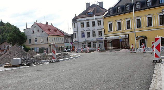 Náměstí Míru ve Vrchlabí bylo v květnu a červnu zcela uzavřené pro veškerou dopravu. Během této doby došlo k přeložení silnice.