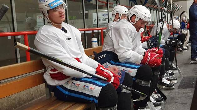 Vrchlabští hokejisté se od minulého týdne připravují na pardubickém ledě.