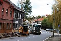 V DUKELSKÉ ULICI spravuje Dvůr Králové chodníky. Do stejného majetku investuje i ve Zboží.