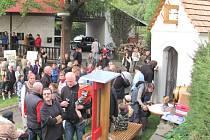 SLAVNOSTNÍ VYSVĚCENÍ kapličky si nenechaly ve Vrchlabí pod Olivětskou horou ujít desítky zájemců.