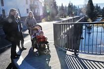 MÝTINY V HARRACHOVĚ jsou od úterý lépe přístupné. Veřejnost se k nádraží dostane po novém mostě, který vede přes Milnici a je dlouhý víc než deset metrů.