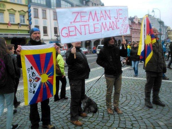 Tibetská vlajka mezi účastníky setkání