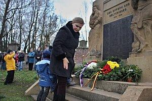památník se zbavil autobusové zastávky a je poctou obětem války