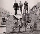 Podstavec už bez tanku obsadili v srpnu 1968 mladí Trutnované s protestními letáky a transparenty.