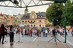 Transparenty oživily středeční setkání iniciativy Milion chvilek pro demokracii ve Vrchlabí.