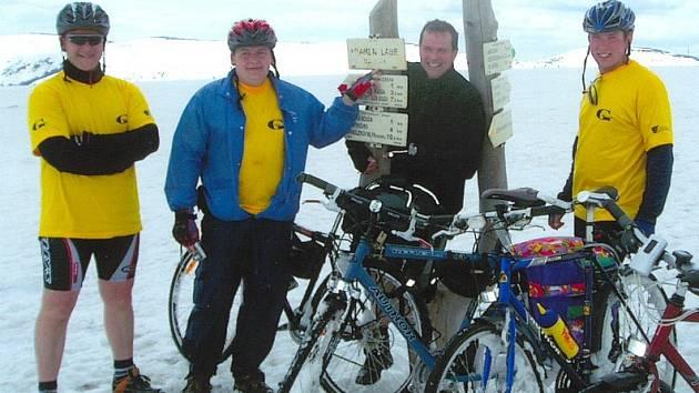 CYKLISTÉ U PRAMENE LABE. Část expedice startovala přímo od pramene Labe. Ten byl ale v první polovině května ještě téměř dva metry pod sněhem. Proto museli dlouhé minuty kola tlačit hlubokými závějemi. Další cesta do Mělníka už byla snazší.