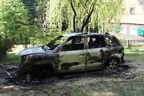 Po noční návštěvě žháře zůstalo torzo ohořelého vozu a strach