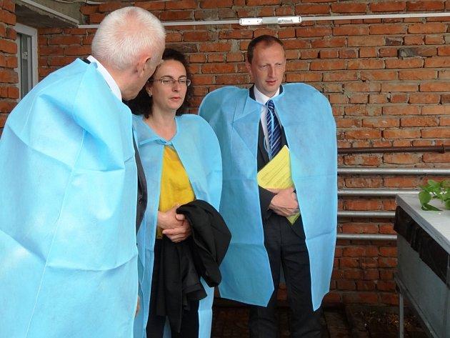 DELEGACE výboru pro životní prostředí, jemuž předsedá trutnovský poslanec Robin Böhnisch, si v Darhkanu mimo jiné prohlédla aeroponické pěstování bramborové sadby.
