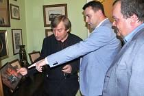 KRÁTKOU NÁVŠTĚVU věnoval hejtman Libereckého kraje Krkonošskému muzeu v Jilemnici. Na snímku uprostřed v doprovodu ředitele Jana Luštince (vlevo) a starosty Vladimíra Richtra.