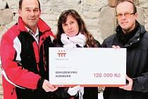 ZÁSTUPCI SDRUŽENÍ pro Vízmburk Jan Košťál (vpravo) a Jaroslav Balcar převzali přímo u hradu od Šárky Beránkové šek v hodnotě 120 tisíc korun.