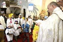 KOLEDNÍCI Z Oblastní charity Trutnov včera, stejně jako v roce předchozím, dostali požehnání v kostele Narození Panny Marie a vydali se do ulic města. Ve zdejším regionu bude možné skupinky potkávat až do konce příštího týdne.