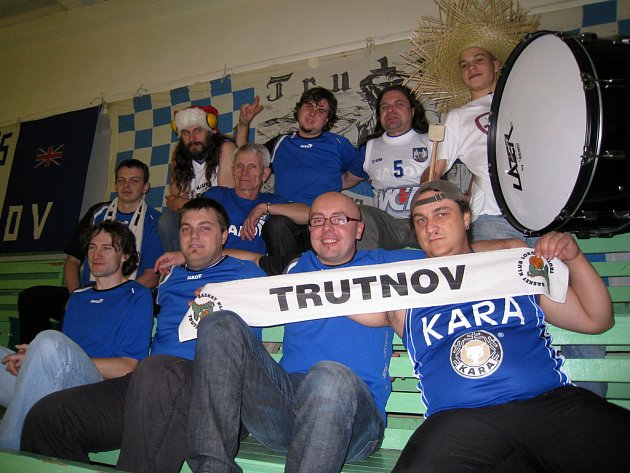 Fanoušci Kary Trutnov v hledišti litevské haly.