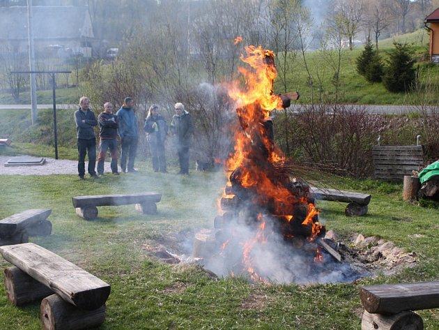 Čarodějnice v neděli hořela také v Babí u Trutnova.