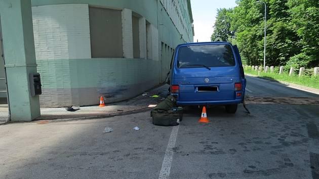 Auto v Hostinném narazilo do domu, na místo nehody vzlétl i vrtulník.