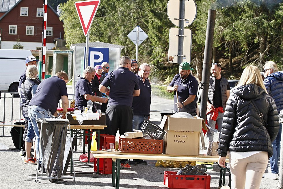 Gastronomická soutěž Krakonošův guláš byla letos jiná než v předchozích ročnících, vařilo se na různých místech Pece pod Sněžkou.