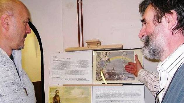 JIŘÍ HOCHMAN, vnuk ilustrátora Zdeňka Buriana (vlevo), si za asistence Josefa Ptáčka prohlédl výstavu v knihovně.