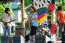 FESTIVAL OSTROVART nabídl hudební vystoupení, netradiční soutěže i projížďky na lodičkách.