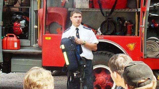 PROFESIONÁLEM BÝT NECHCE, ale v pozici velitele Sboru dobrovolných hasičů Horního Maršova se cítí jako ryba ve vodě. Pětadvacetiletý Tadeáš Hlinka už má za sebou nespočet výjezdů.
