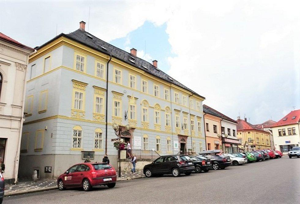 Městské muzeum a galerie na hlavním lomnickém náměstí.