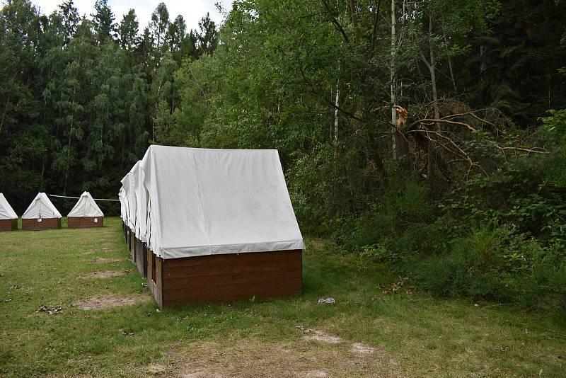 Jen dva metry od táborového stanu stále můžete vidět přelomený strom.