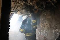 Požár střechy rodinného domu ve Velkých Svatoňovicích.
