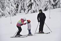 Rodina s dítětem na sjezdovce - ilustrační foto.