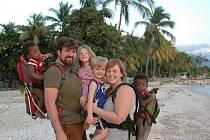 Manželé Shelley a Corrigan Clay z USA v minulosti pomáhali Jednotě bratrské v Turnově. Nyní působí na Haiti, odkud pocházejí jejich dvě adoptované děti, dvě jsou jejich vlastní.