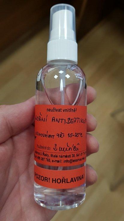 Přípravou vlastního dezinfekčního prostředku zareagovala trutnovská lékárna na jejich nedostatek na trhu. Zájem byl okamžitě velký.
