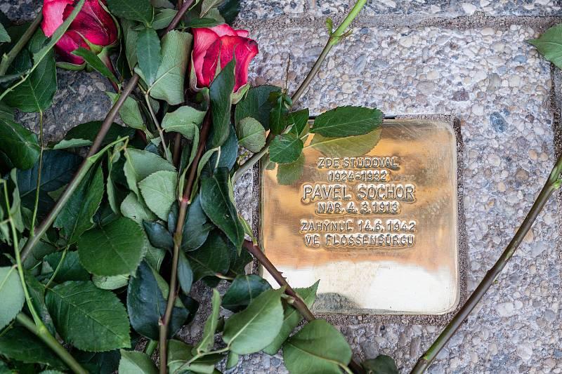 Na památný den sokolstva odhalila královédvorská jednota před budovou gymnázia kameny zmizelých bratrům Josefovi a Pavlovi Sochorovým.