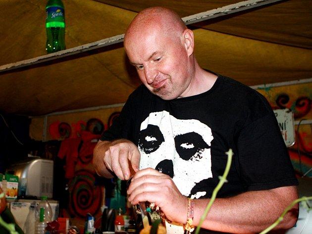 Je libo mojito nebo absintovou limonádu? Richard L. Havle z Kněžnic u Jičína se kromě prvního zúčastnil všech ročníků Obscene Extreme.