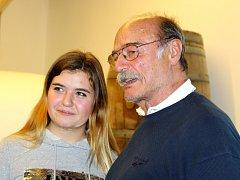 Herec Pavel Nový v sobotu otevíral Pecký pivovar na Boudě Máma. Její barvy tradičně hájí při Krakonošově guláši.