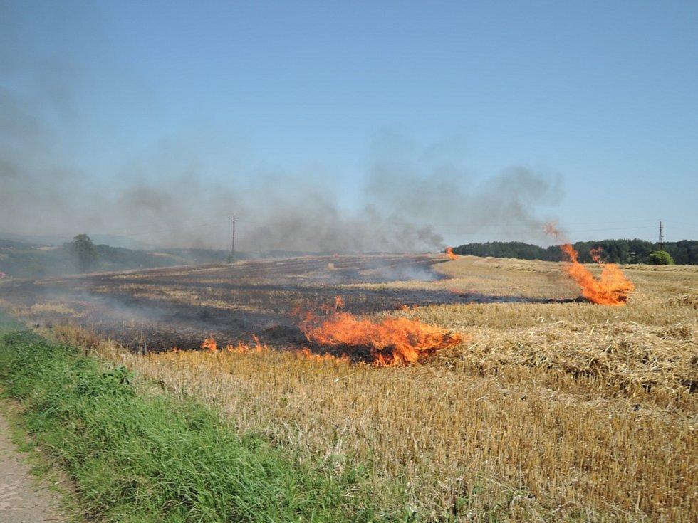 Požár strniště ve Stružinci.