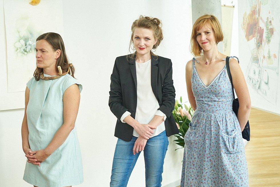 Z vernisáže výstavy Černotová, Chrištofová, Stodolová, Vendlová: Matky hrdinky.