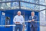Trutnov má cyklověž. Pásku stříhají trutnovský starosta Ivan Adamec (vpravo) a Rudolf Bernat ze společnosti Systematica, která zařízení vyrobila.