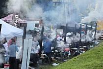 Při soutěži Krakonošův guláš v Peci pod Sněžkou lidé ochutnávají, co jim navaří kuchařské týmy.